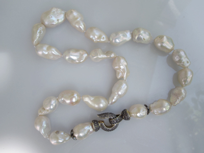 #N035 CHINESE WHITE BAROQUE PEARLS WITH BLACK DIMAOND CLASP